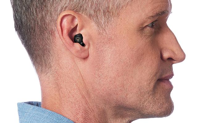 Starkey: Ein Im-Ohr-Hörgerät im Ohr eines Mannes