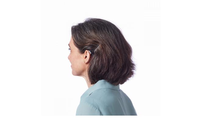 Starkey: Frau mit Hinter-Dem-Ohr-Hörgerät von hinten