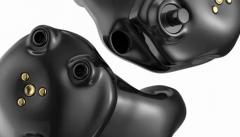 Starkey: zwei akkubetriebene Im-Ohr-Hörgeräte nebeneinander