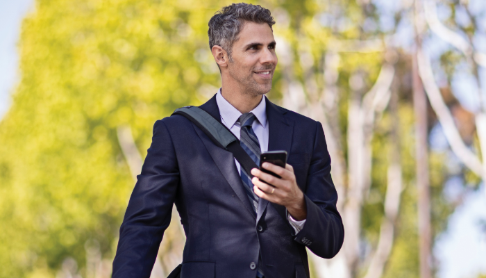 Starkey: Mann mit Handy