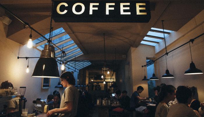 Unitron: Viele Menschen in einem Cafe