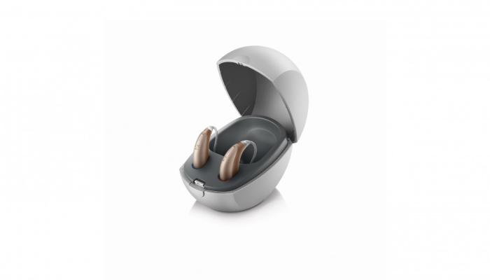 Unitron: Offen stehendes Ladegerät mit zwei Unitron Hörgeräten
