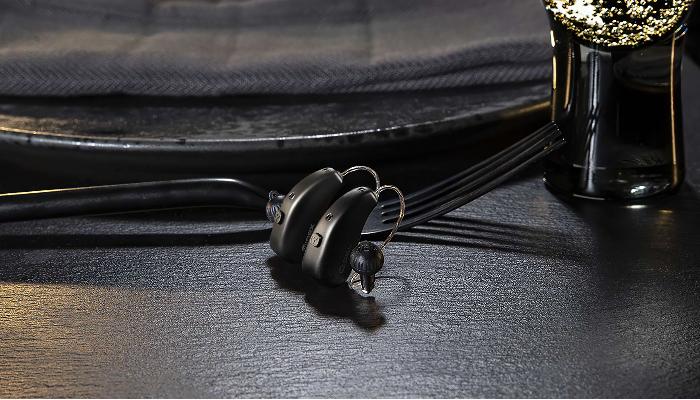 Widex: 2 Akku Hörgeräte auf Esstisch