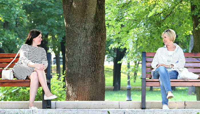 Audio Service: Zwei Frauen auf Bänken im Park