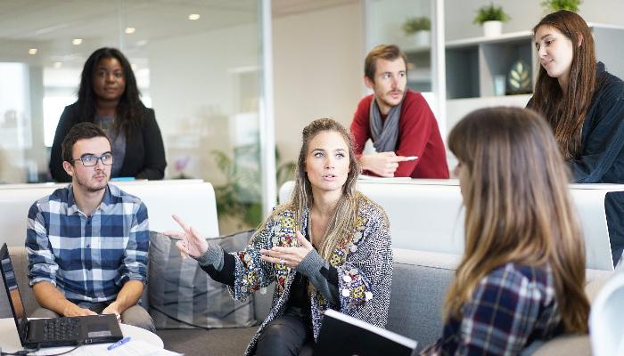 Audio Service: Sechs Personen bei einem Meeting im Gespräch