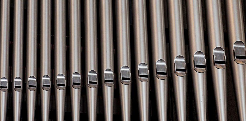 Orgelpfeifen als Analogie für Hörgeräte-Kanäle