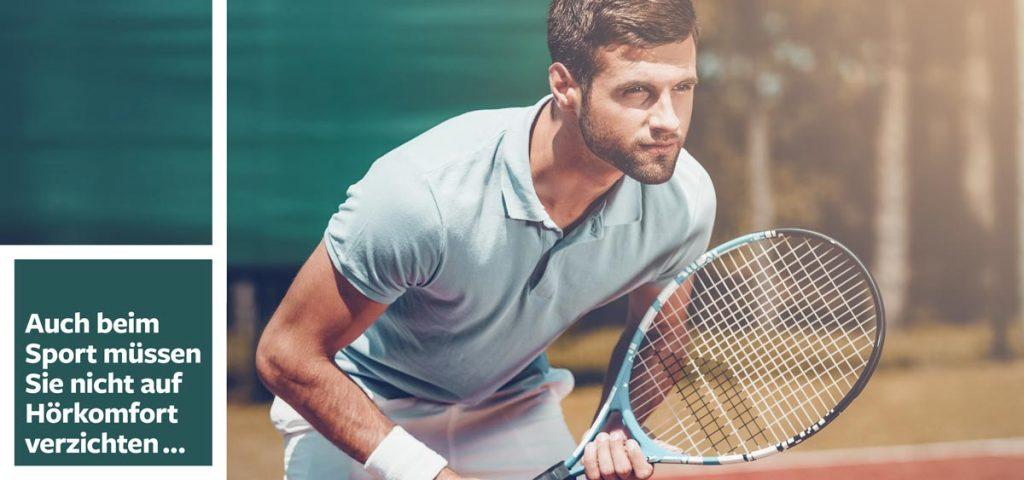 Mann spielt Tennis