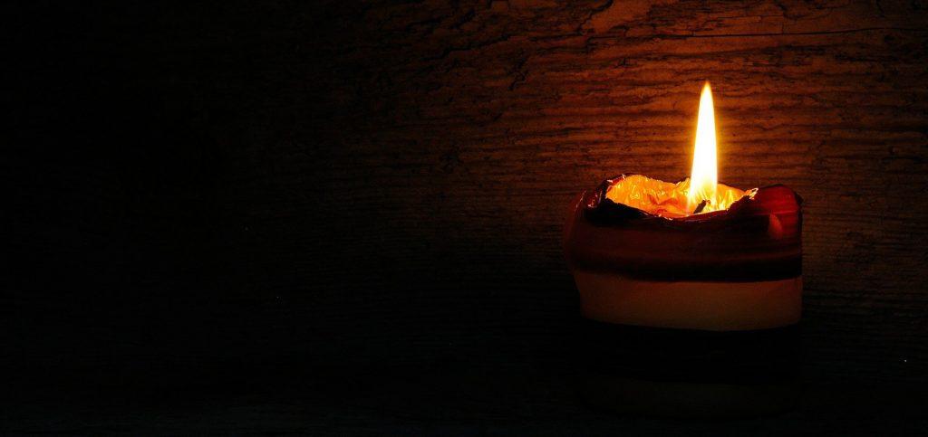 Eine Kerze in einem dunklen Raum
