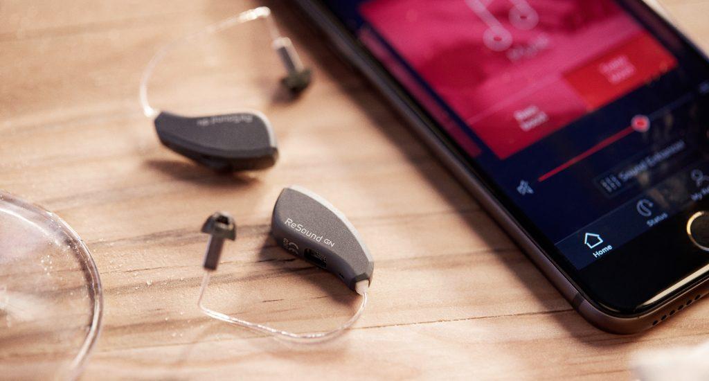 ReSound Quattro Hörgeräte, die durch ein Smartphone gesteuert werden