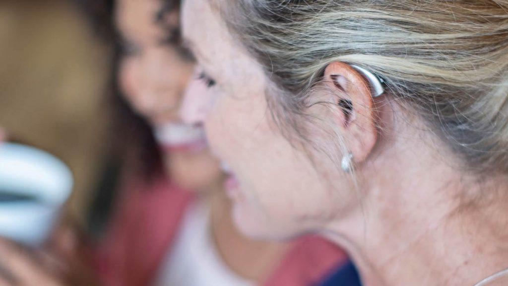 Starkey Livio Edge AI Hörgerät hinter dem Ohr einer Frau