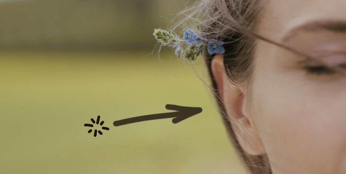 Icon und Ohr symbolisieren unsichtbare Hörgeräte