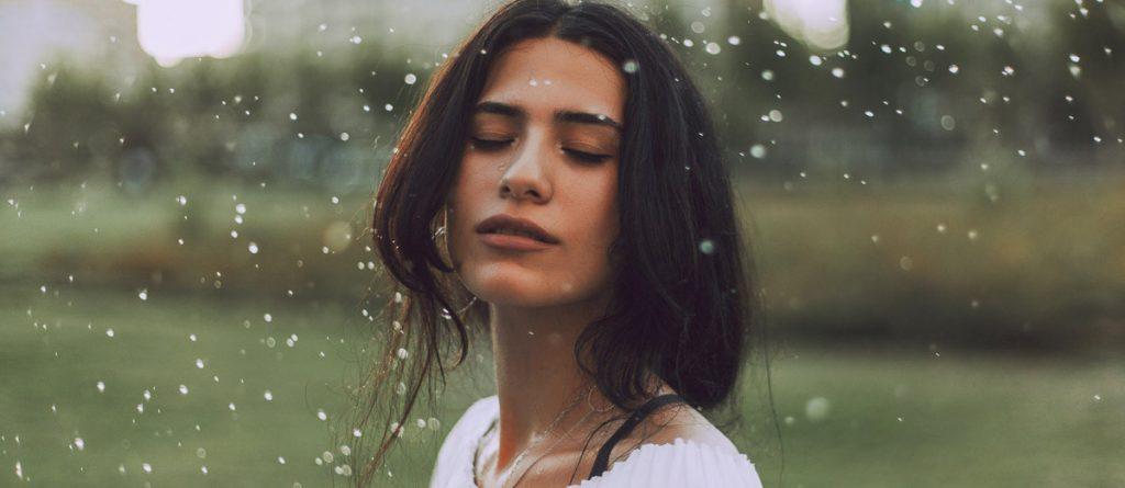 Eine Frau steht im Regen
