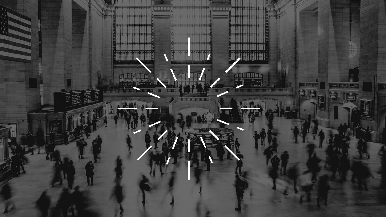 Große Bahnhofshalle mit vielen Menschen symbolisiert räumliches Hören mit Richtmikrofon
