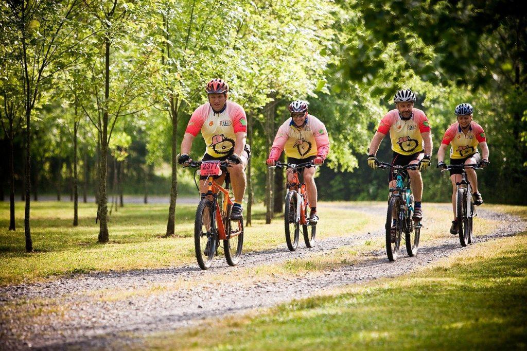 Gruppe mit Radfahrern im Park