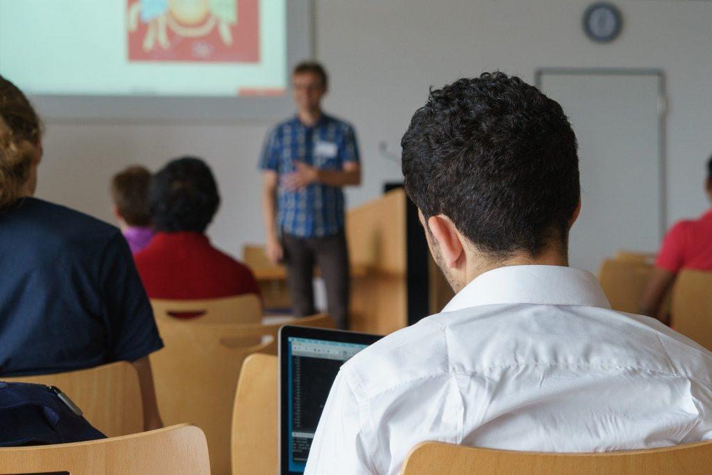 Blick aus dem Seminarraum nach vorn auf einen Vortragenden