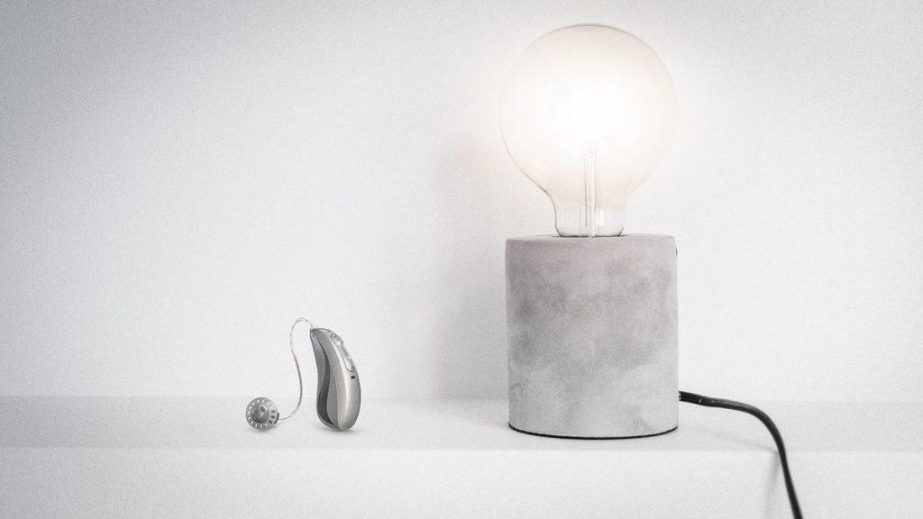 Hansaton Excite Pro Hörgerät neben einer Lampe